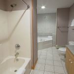 1,400 sq ft, 3 bedroom townhouse - Bathroom with regular shower and jetted tub