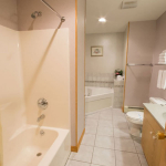 1,800 Sq. ft., 4 bedroom townhouse - Bathroom with regular tub and jetted